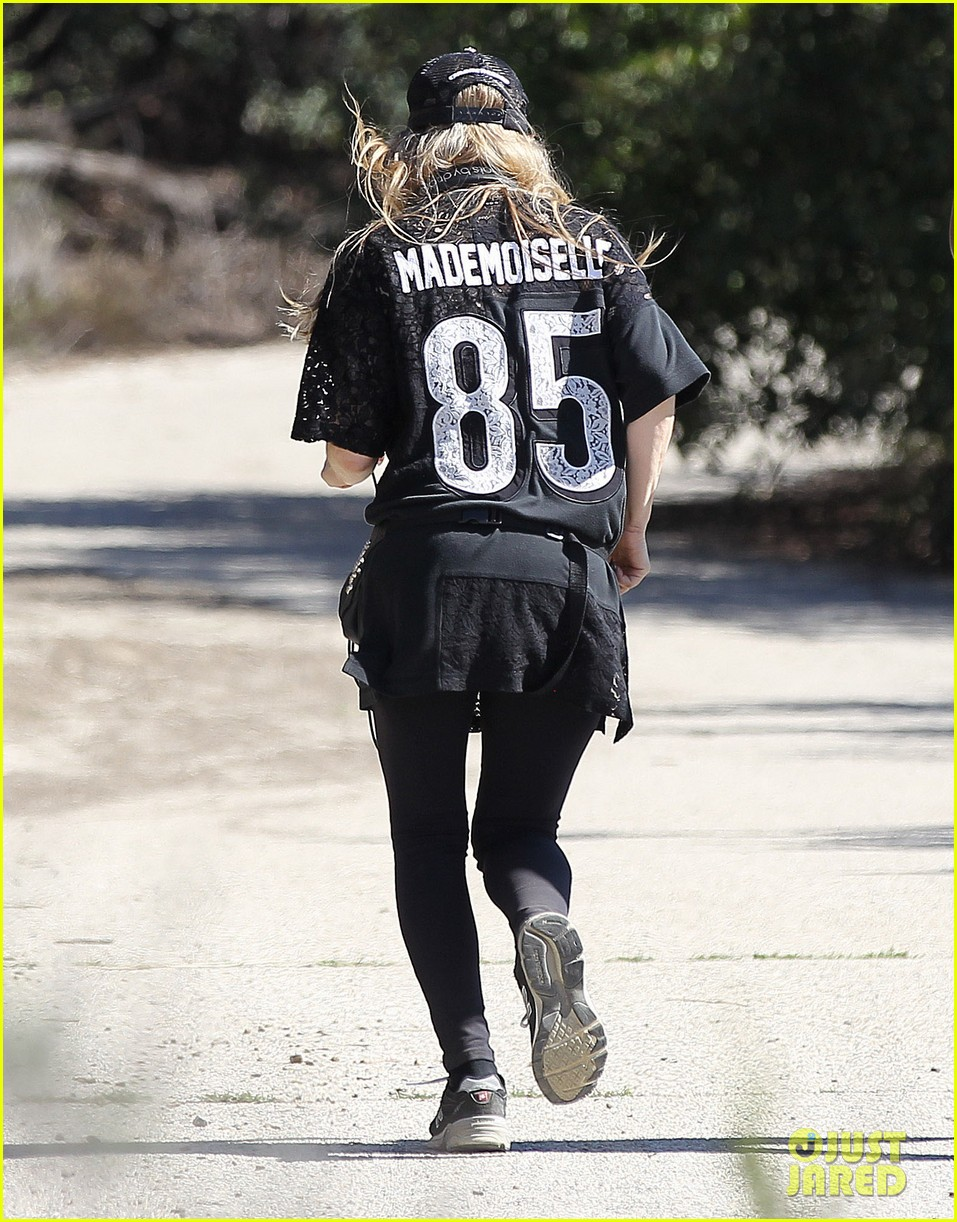 fergie rocks mademoiselle jersey for sunday workout 01