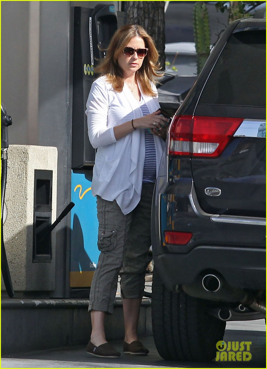 jenna fischer shows off her large baby bump at the gas station 013074713