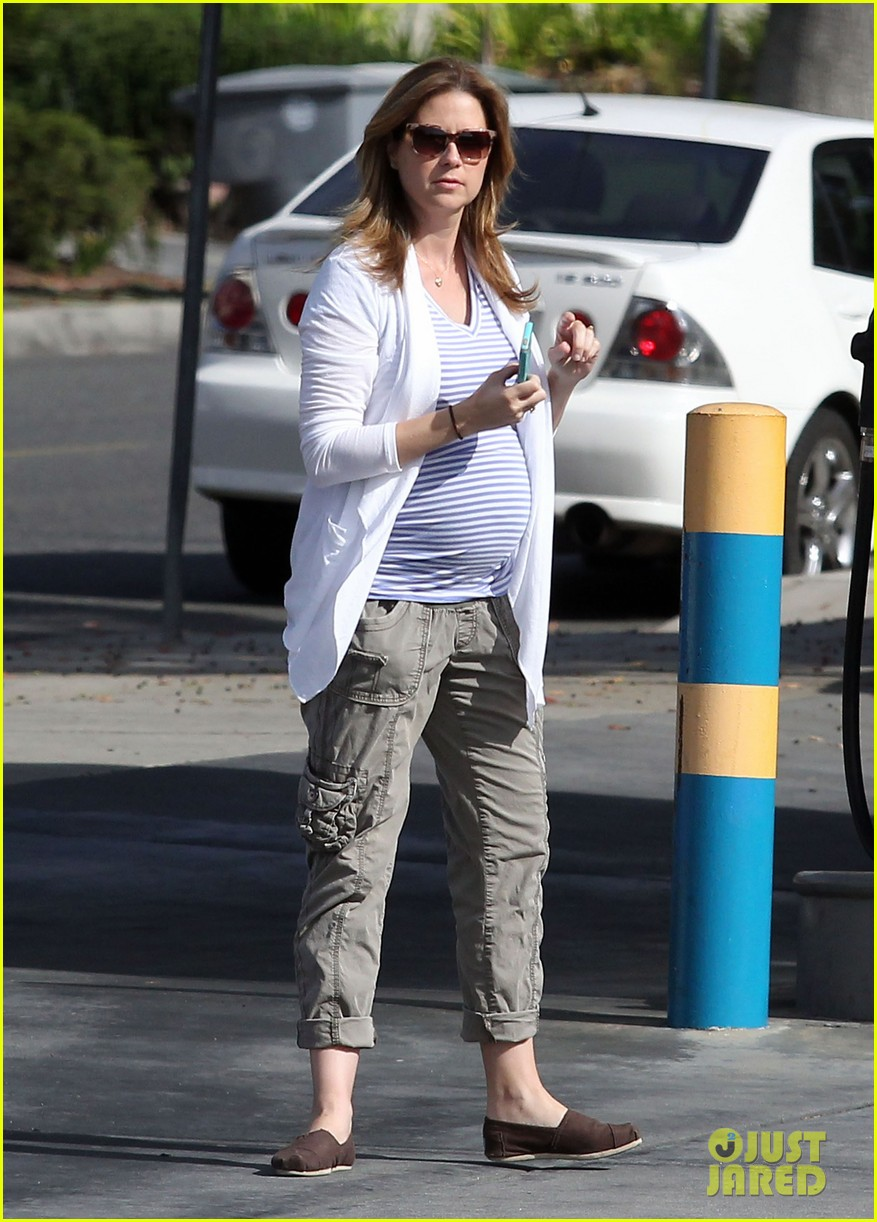 jenna fischer shows off her large baby bump at the gas station 033074715