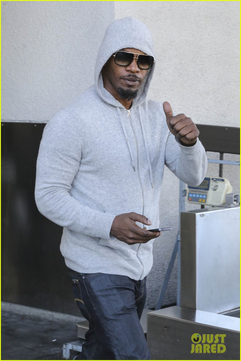 jamie foxx touches down at lax after foxwoods concert 023069176