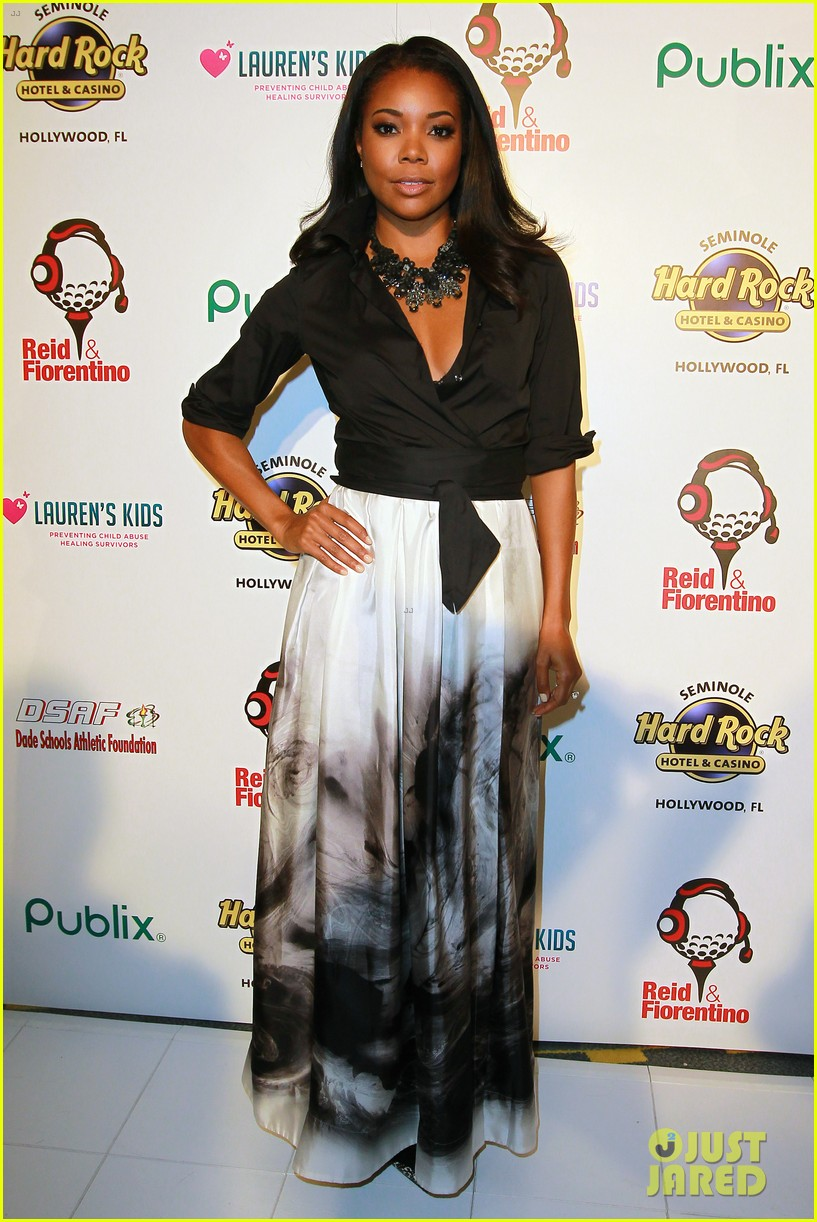 dwyane wade helps hold gabrielle union gown event 013072946