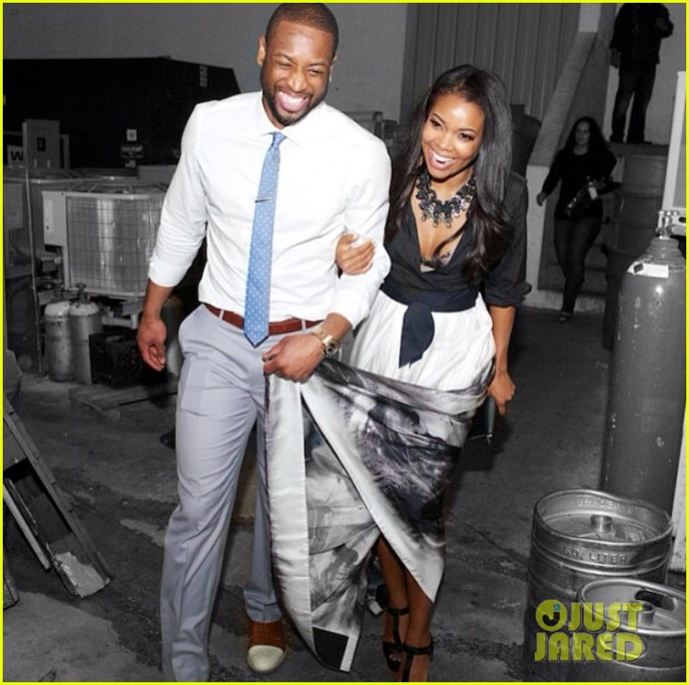dwyane wade helps hold gabrielle union gown event 043072949