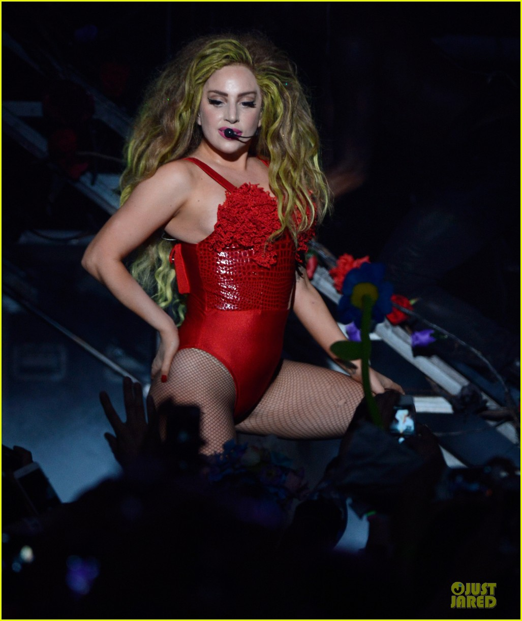 lady gaga rock flashy outfits for roseland ballroom 03