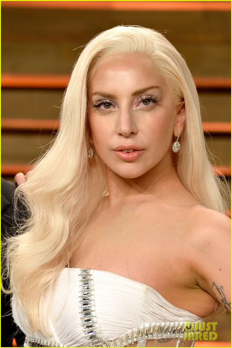 ¡Cantantes preferidos! Lady-gaga-switches-dress-for-vanity-fair-oscars-party-2014-02