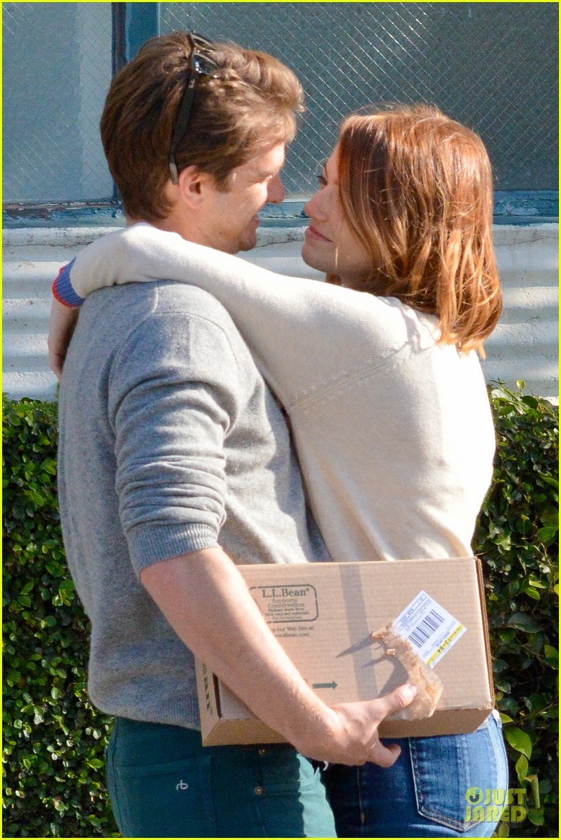 andrew garfield emma stone kiss during errand run 02