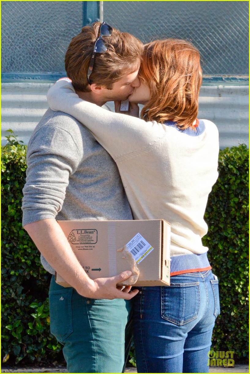andrew garfield emma stone kiss during errand run 043072356