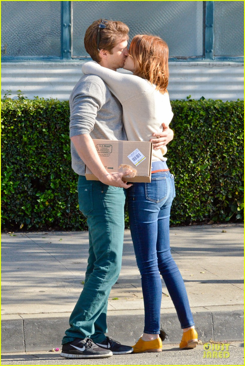 andrew garfield emma stone kiss during errand run 053072357