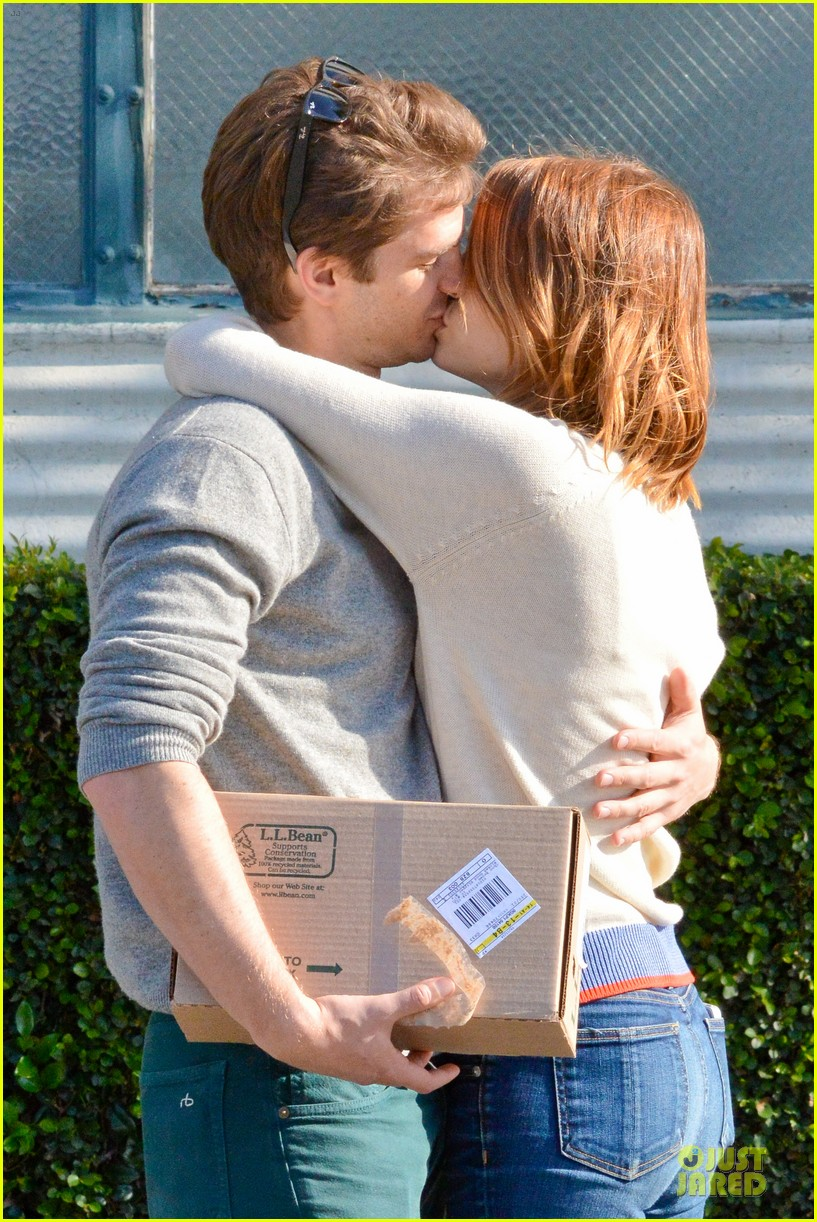 andrew garfield emma stone kiss during errand run 063072358