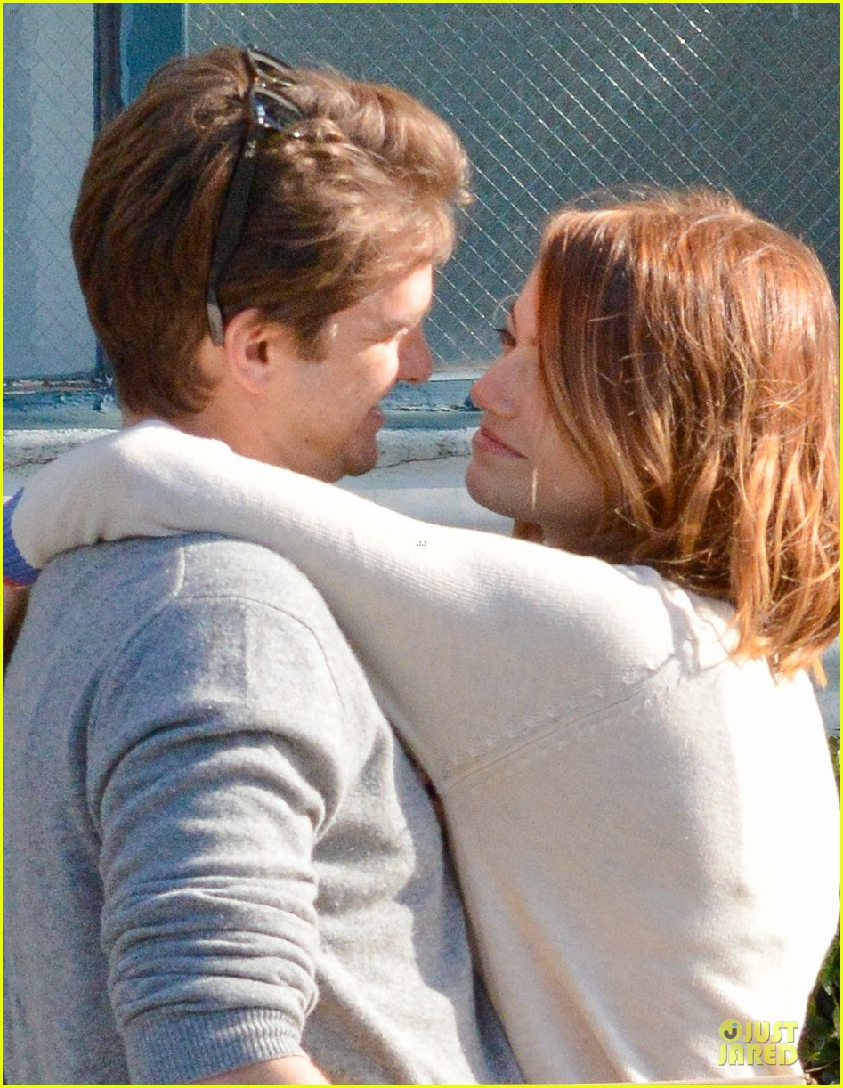 andrew garfield emma stone kiss during errand run 07