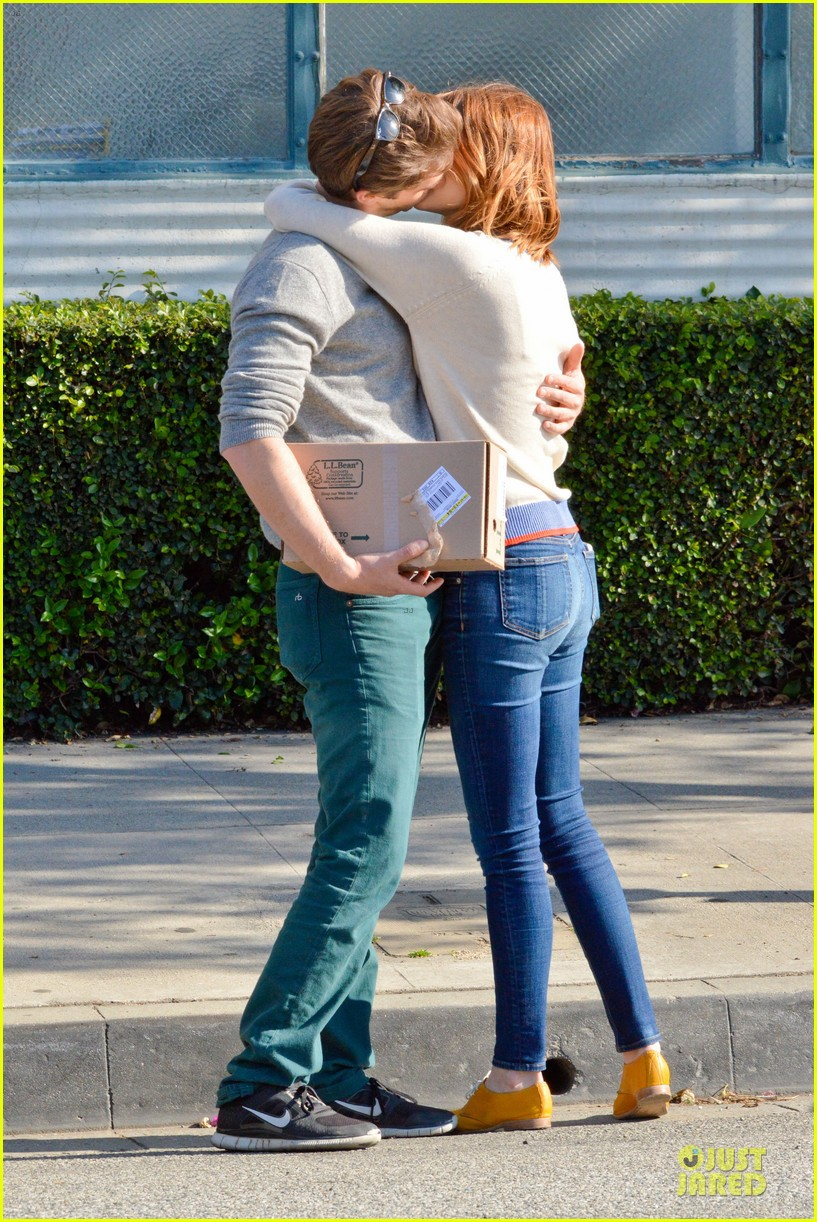 andrew garfield emma stone kiss during errand run 093072361