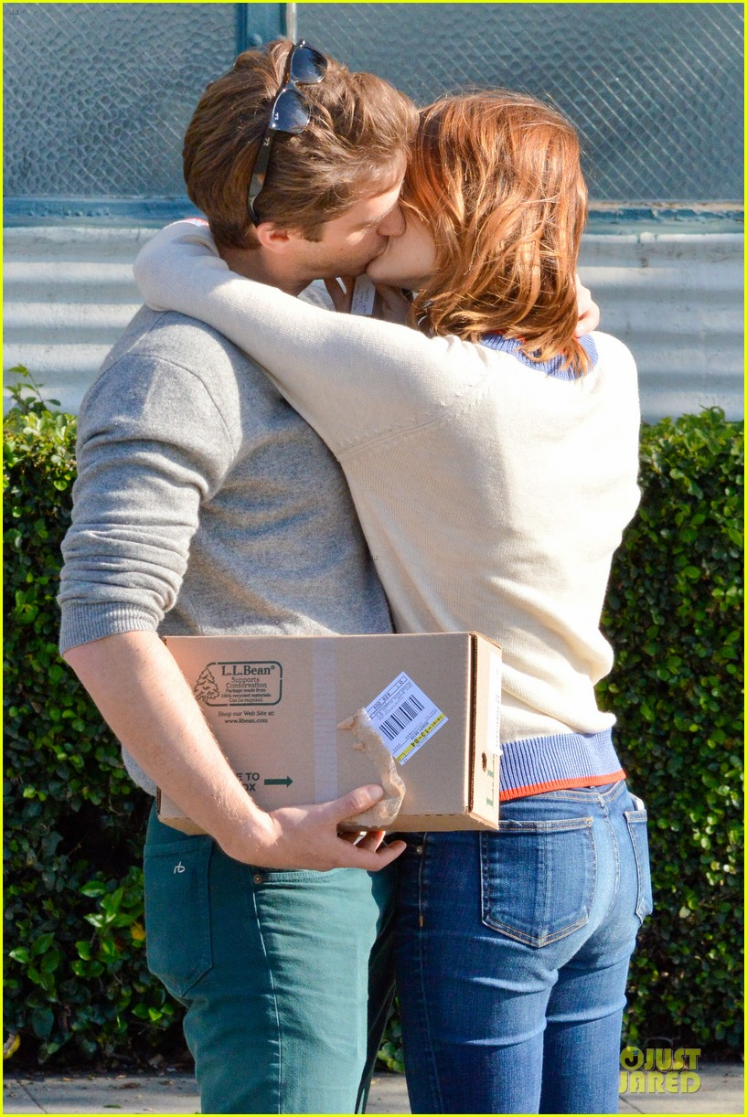 andrew garfield emma stone kiss during errand run 103072362