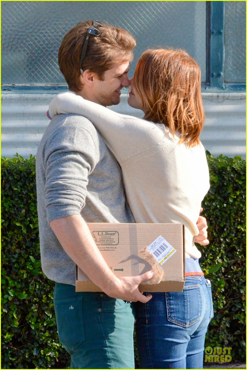 andrew garfield emma stone kiss during errand run 133072365