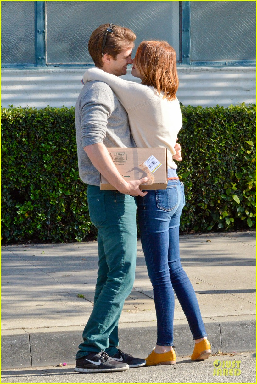andrew garfield emma stone kiss during errand run 143072366