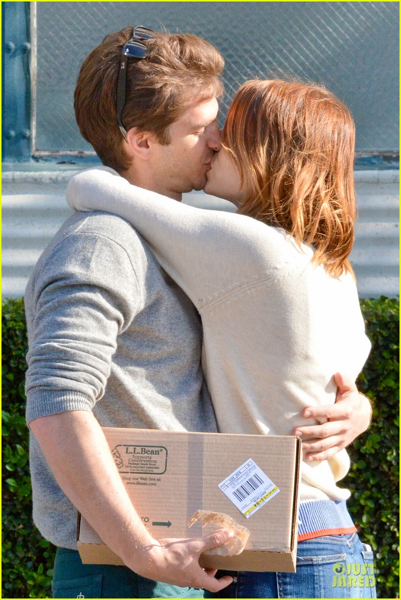 andrew garfield emma stone kiss during errand run 163072368