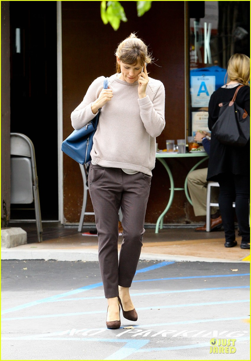 jennifer garner adds blue to errand run 01