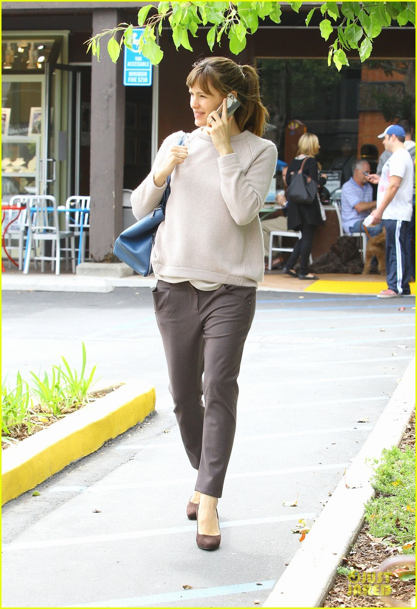 jennifer garner adds blue to errand run 073078558