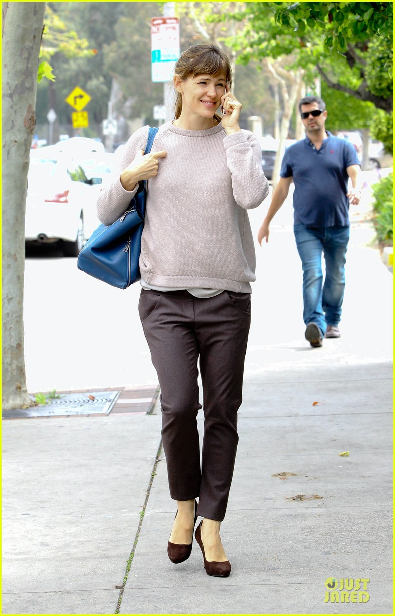 jennifer garner adds blue to errand run 09