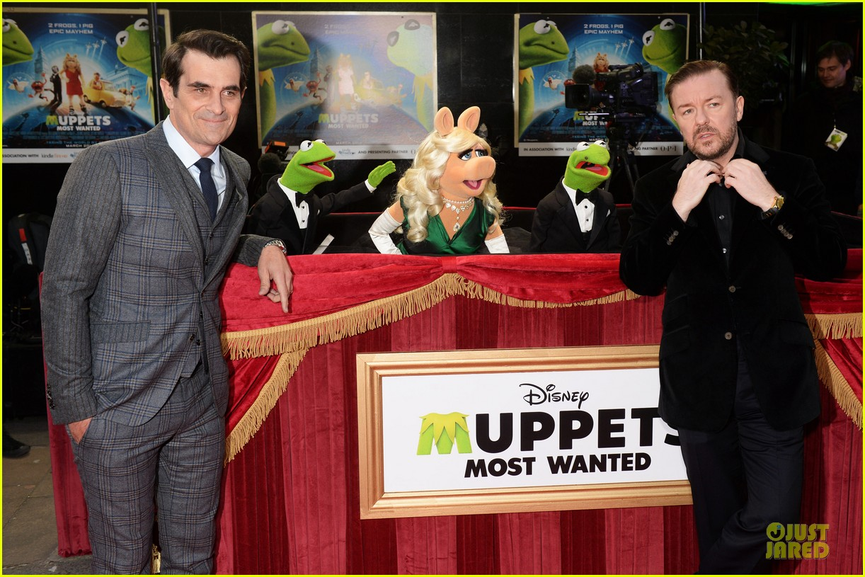 ricky gervais ty burrell look vip at muppets london 073077993