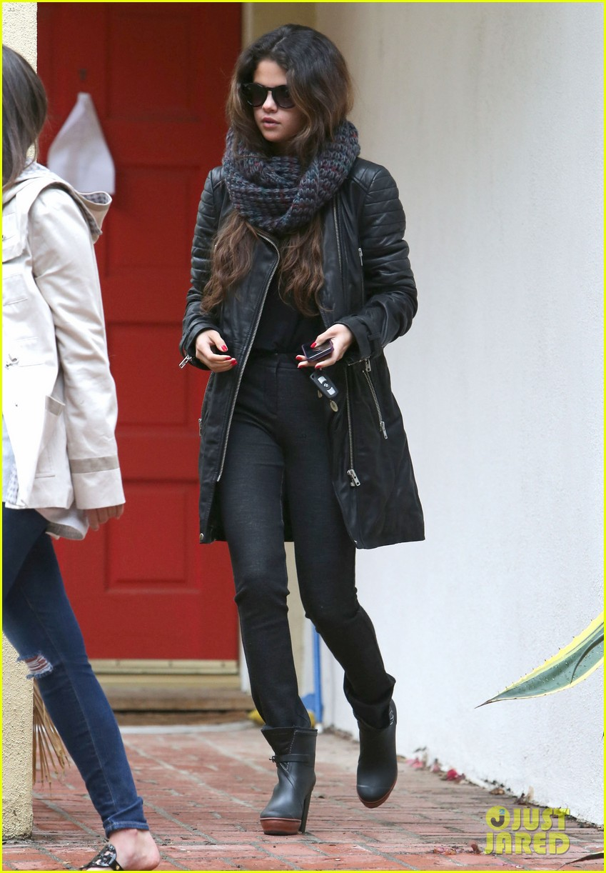 selena gomez bundles up on a rare rainy day in los angeles 01