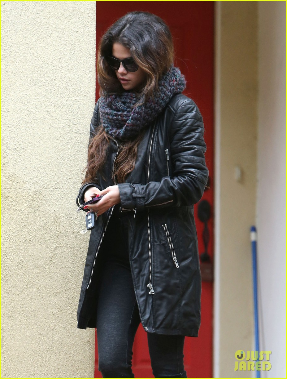 selena gomez bundles up on a rare rainy day in los angeles 023063235