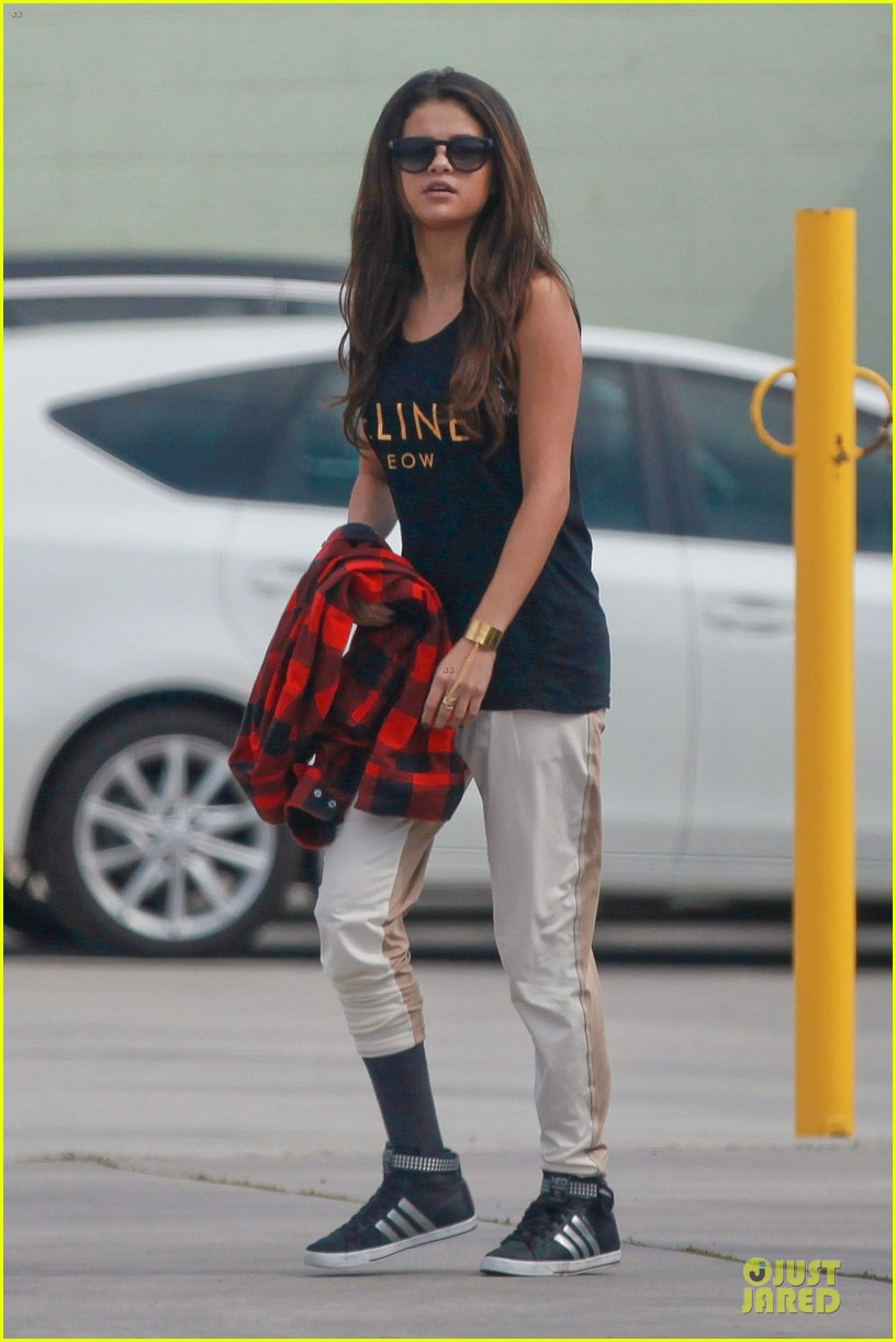 selena gomez is a meowing feline at a dance studio 013065172