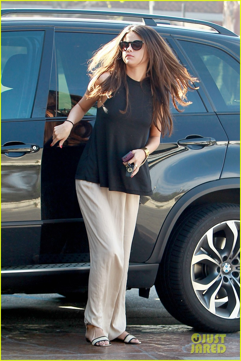 selena gomez emerges after justin biebers instagram post 01