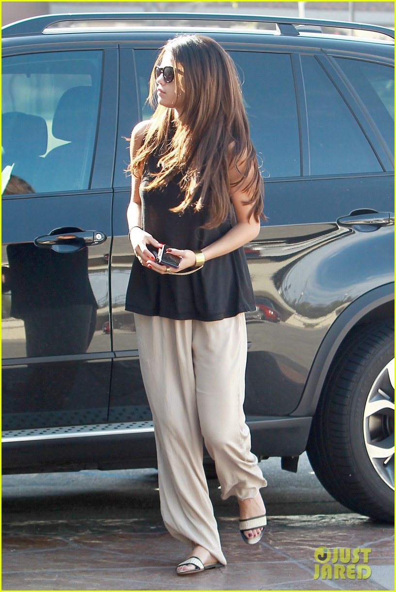 selena gomez emerges after justin biebers instagram post 113066567