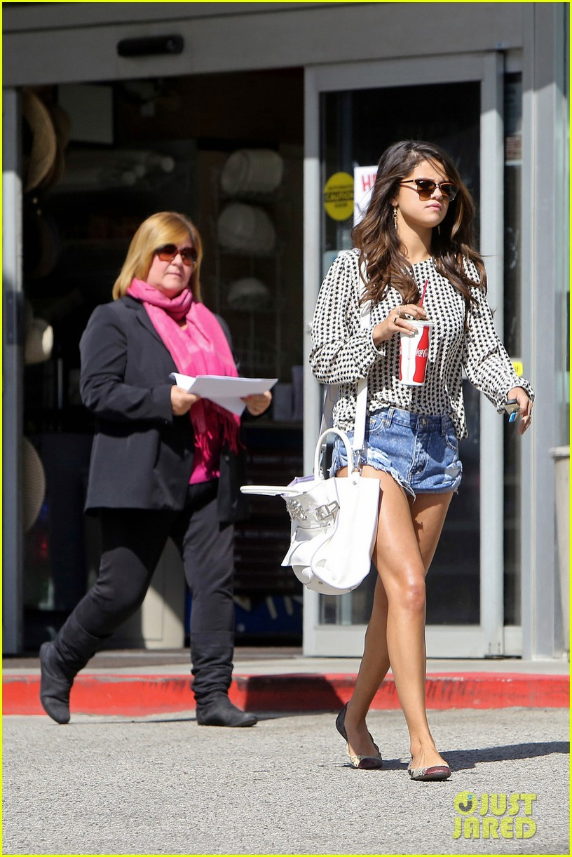 selena gomez reportedly served with legal papers in la 053080479