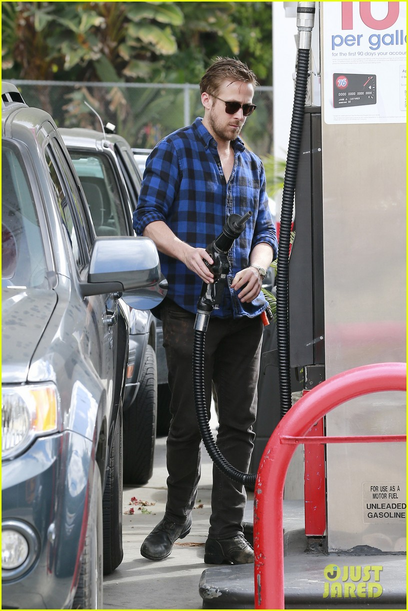 ryan gosling looks mighty fine pumping his own gas 043079678