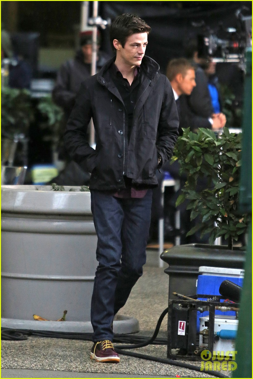grant gustin begins filming the flash 013066473