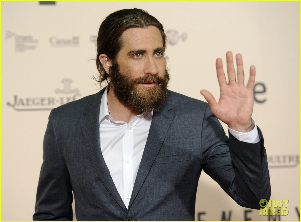 jake gyllenhaal suits up for enemy premiere in madrid 023075564