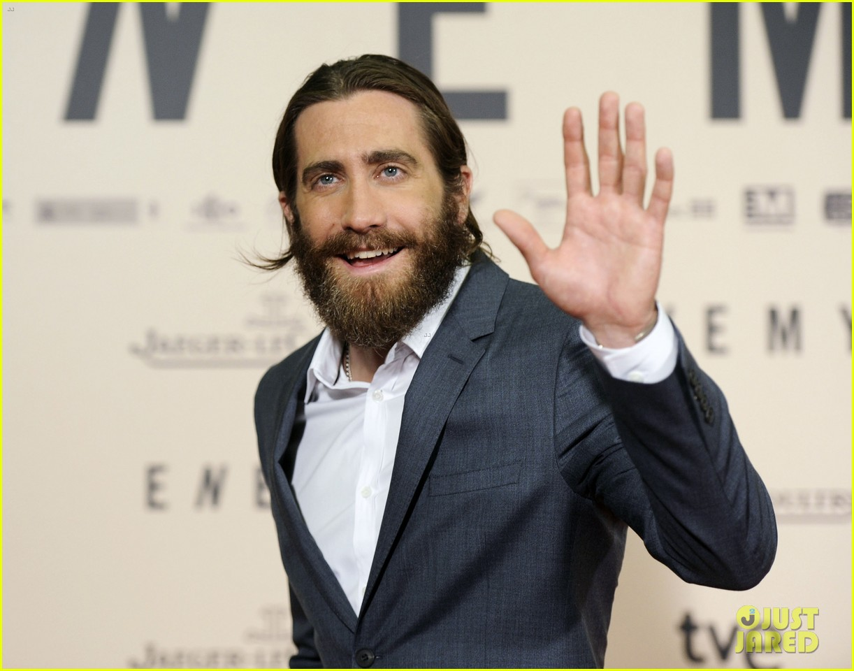 jake gyllenhaal suits up for enemy premiere in madrid 043075566