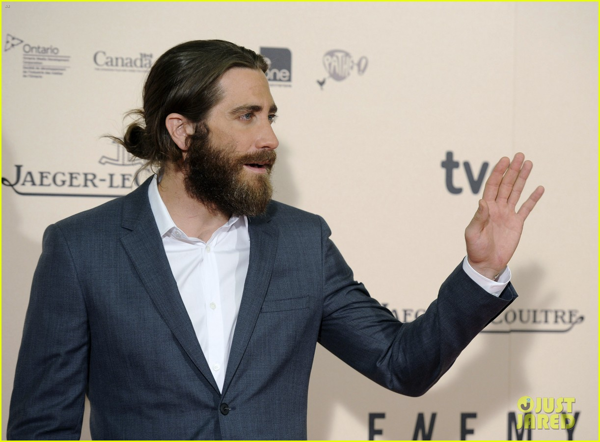 jake gyllenhaal suits up for enemy premiere in madrid 063075568