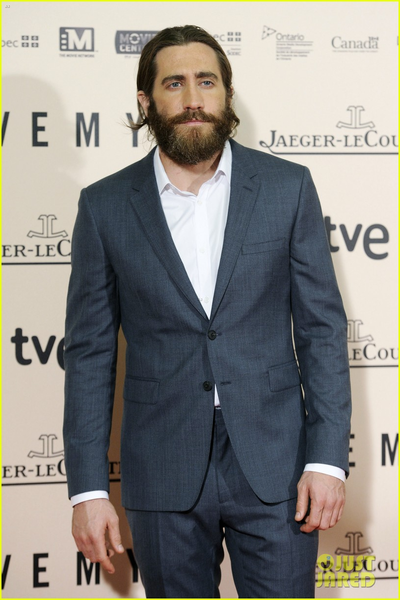 jake gyllenhaal suits up for enemy premiere in madrid 073075569