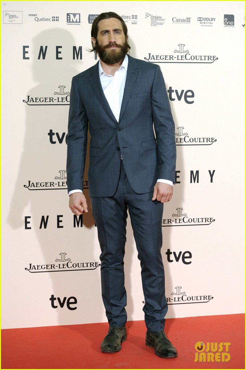 jake gyllenhaal suits up for enemy premiere in madrid 083075570