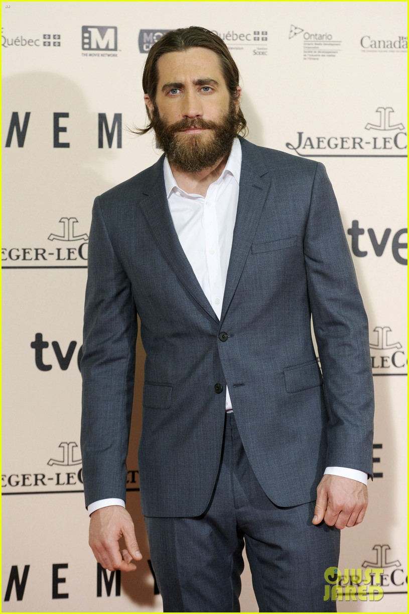 jake gyllenhaal suits up for enemy premiere in madrid 093075571