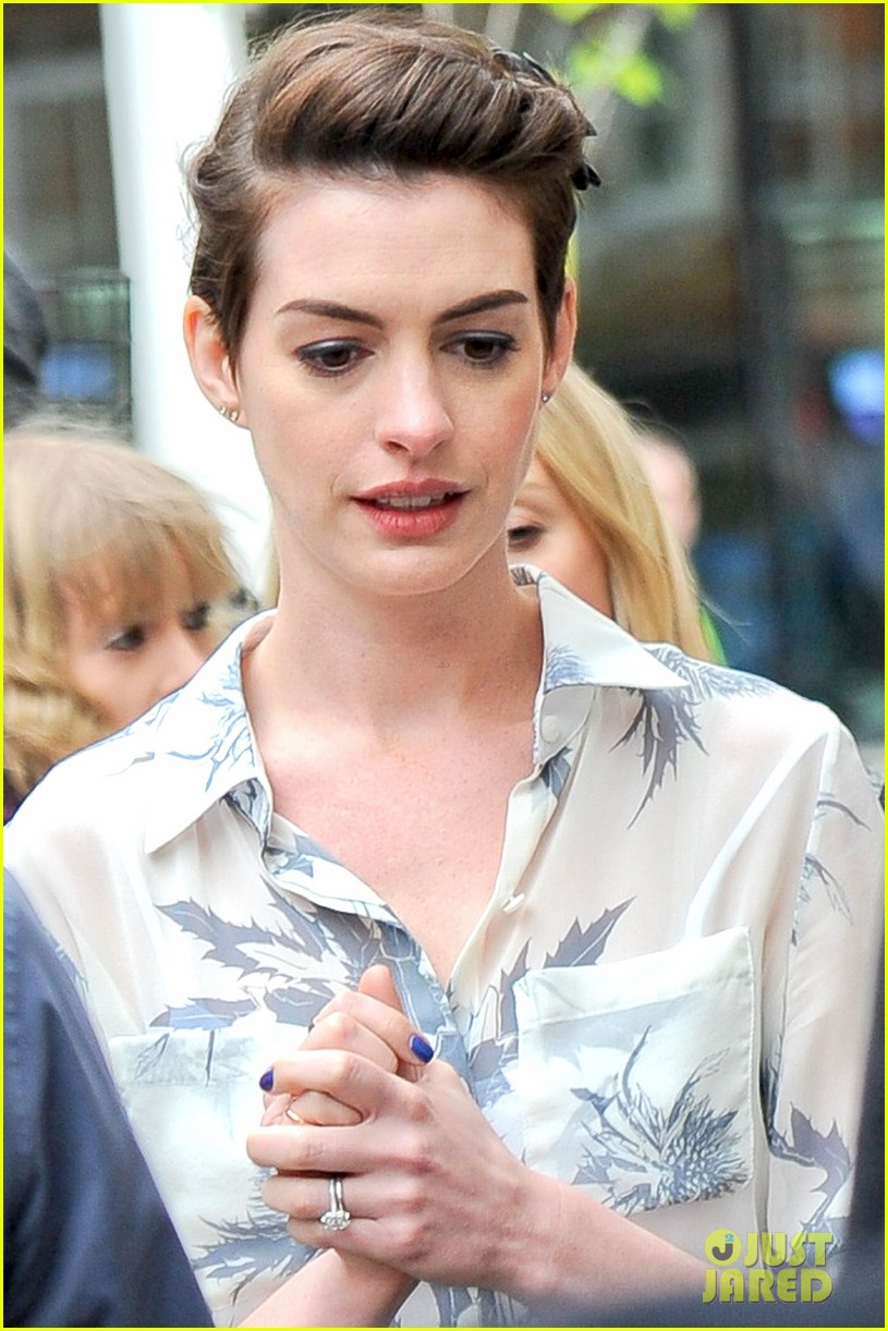 anne hathaway would love to play catwoman in batman superman 073079017