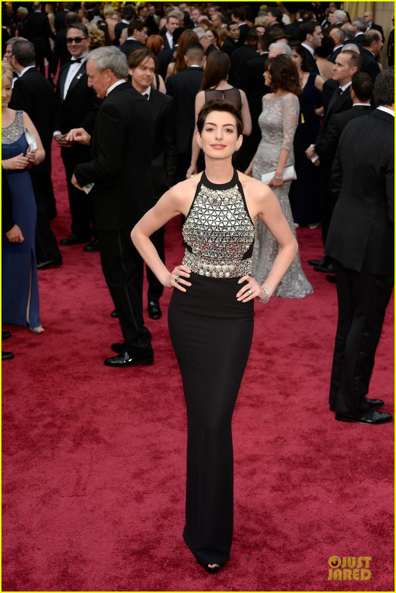 anne hathaway flashy entrance on oscars 2014 red carpet 033063852