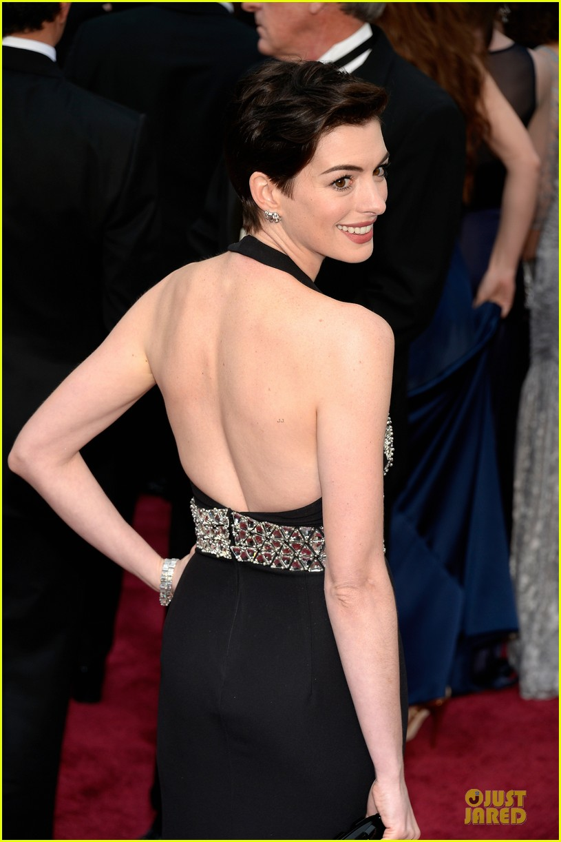 anne hathaway flashy entrance on oscars 2014 red carpet 043063853