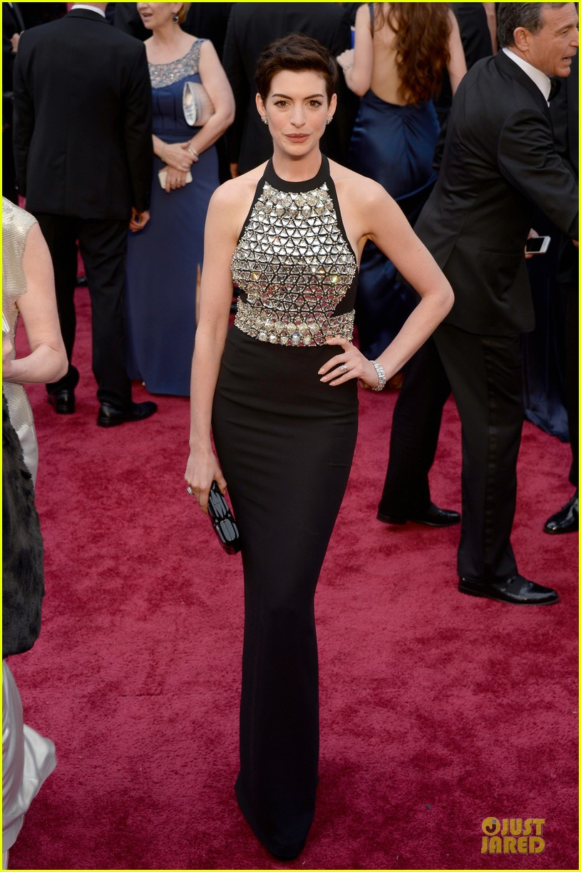 anne hathaway flashy entrance on oscars 2014 red carpet 053063854