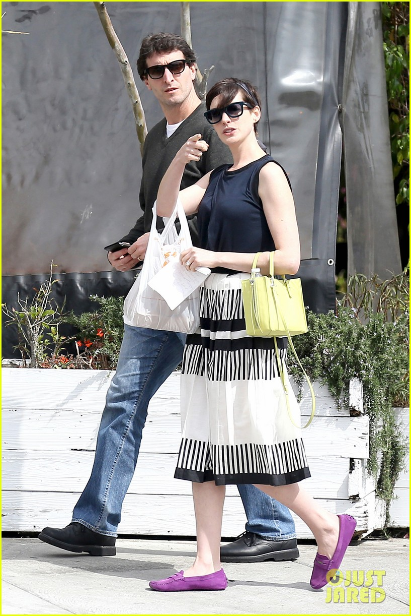anne hathaway is black white chic for lunch with a pal 013070447