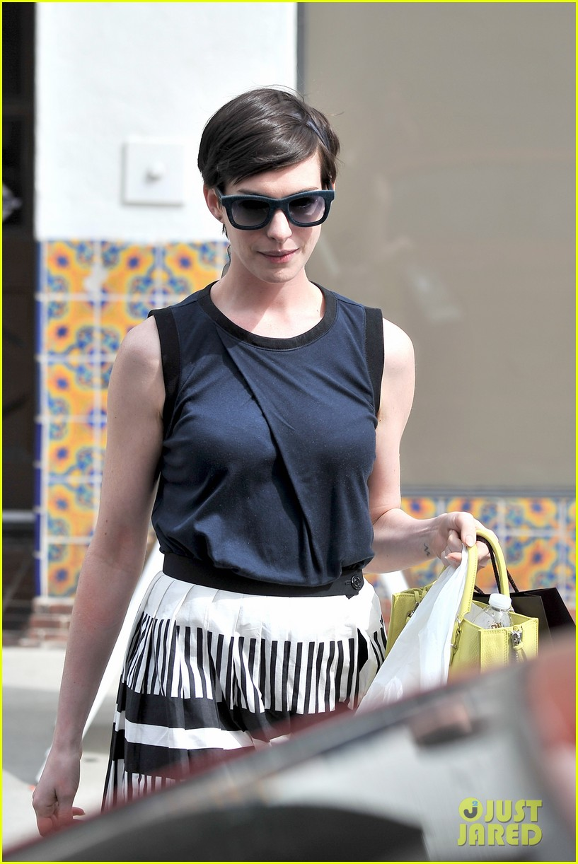 anne hathaway is black white chic for lunch with a pal 023070448
