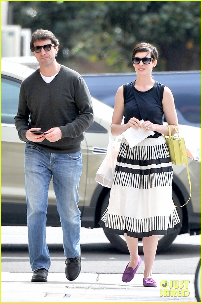 anne hathaway is black white chic for lunch with a pal 033070449