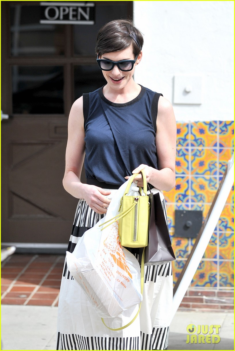 anne hathaway is black white chic for lunch with a pal 043070450
