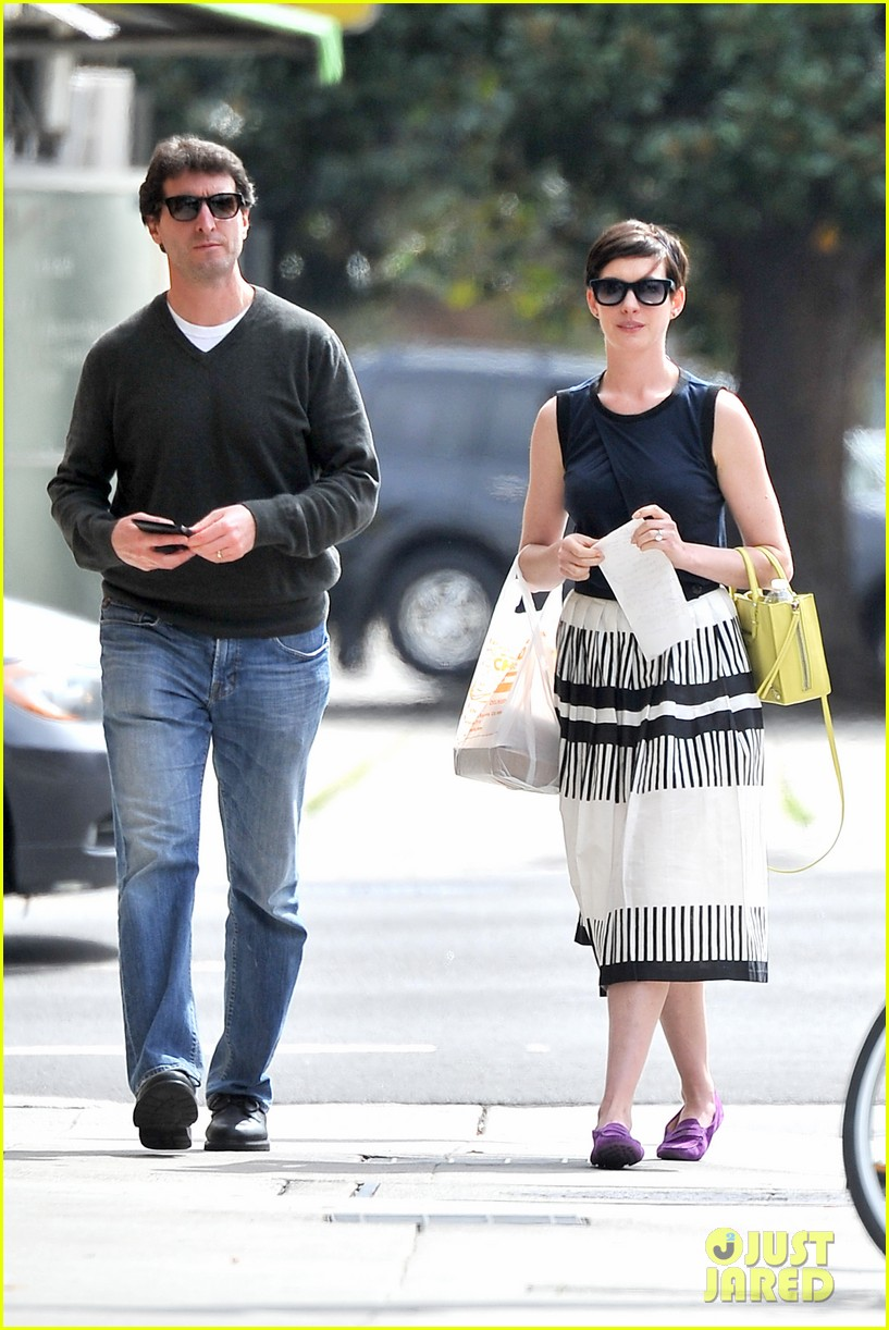 anne hathaway is black white chic for lunch with a pal 063070452