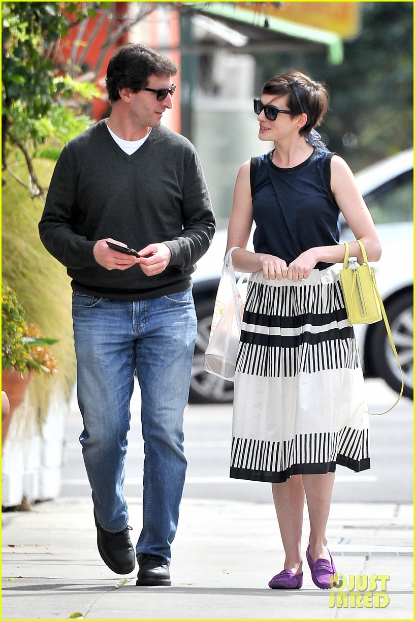 anne hathaway is black white chic for lunch with a pal 073070453