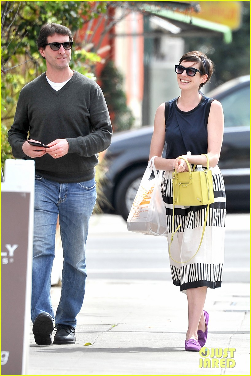 anne hathaway is black white chic for lunch with a pal 083070454