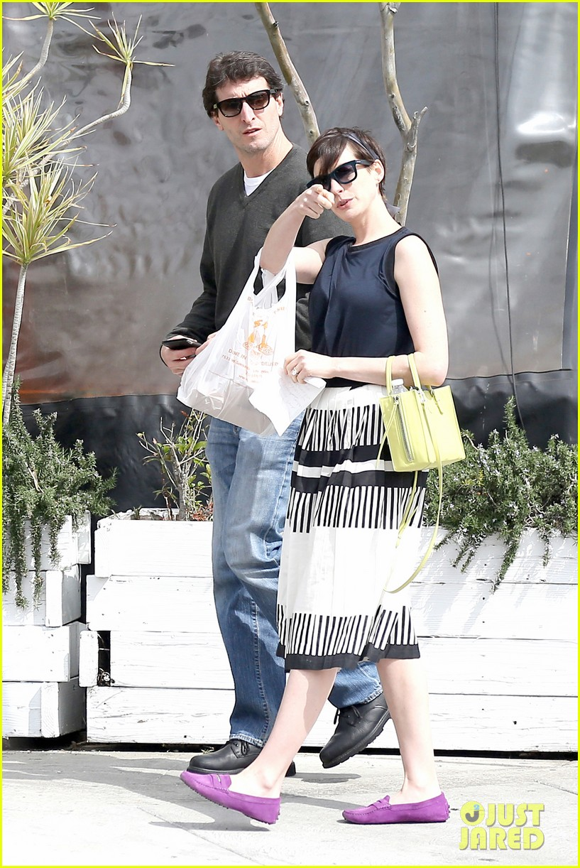 anne hathaway is black white chic for lunch with a pal 113070457