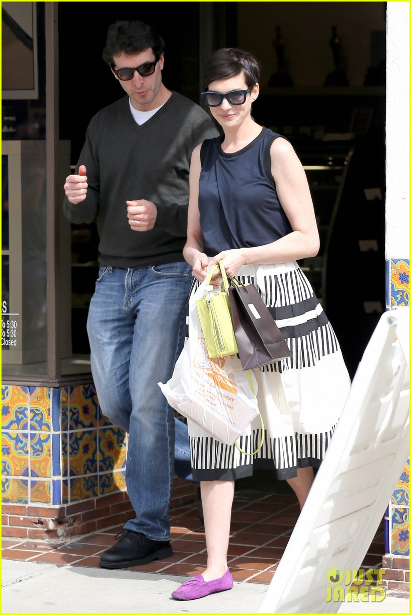 anne hathaway is black white chic for lunch with a pal 123070458