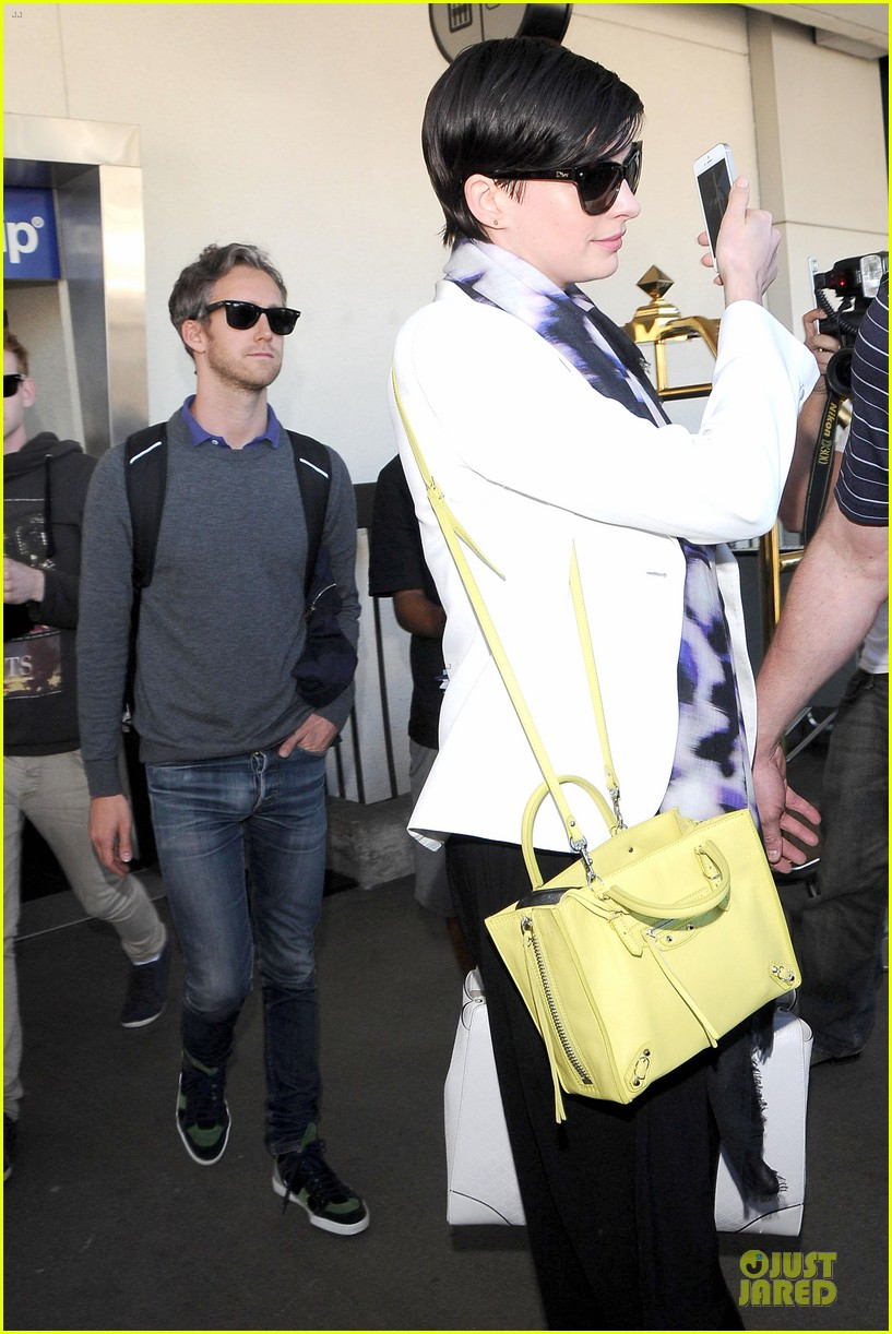 anne hathaway records at lax airport 02